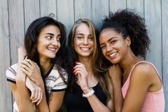 Τρεις όμορφες γυναίκες που στέκονται από κοινού Στοκ εικόνες με δικαίωμα ελεύθερης χρήσης