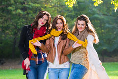 Τρεις όμορφες νέες γυναίκες στο πάρκο στοκ εικόνες