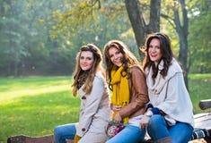 Τρεις όμορφες νέες γυναίκες στο πάρκο στοκ φωτογραφίες