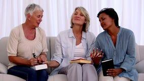 Τρεις ώριμοι φίλοι που προσεύχονται από κοινού απόθεμα βίντεο