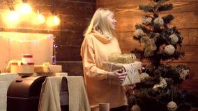 Τρελλές συγκινήσεις δώρων Έννοια χορού Χριστουγέννων Χαρούμενα Χριστούγεννα και καλή χρονιά απόθεμα βίντεο