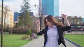 Τρελλή ευτυχής επιχειρηματίας που χορεύει επίτευγμα πόλης στο εταιρικό εορτασμού οδών απόθεμα βίντεο