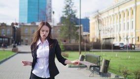 Τρελλή ευτυχής επιχειρηματίας που χορεύει επίτευγμα πόλης στο εταιρικό εορτασμού οδών φιλμ μικρού μήκους