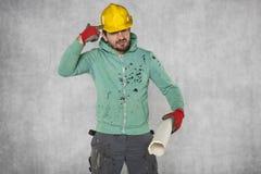 Τρελλή ιδέα ενός εργαζομένου, που τρυπά μια τρύπα στο κεφάλι του με τρυπάνι Στοκ Εικόνα