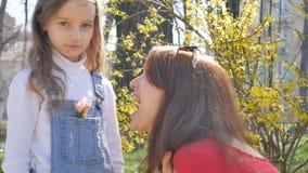 Τρελλή νέα μητέρα που γελά και που αστειεύεται με την λίγη λυπημένη κόρη r φιλμ μικρού μήκους
