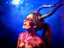 Τρελλή satan γυναίκα στο μαύρο μαγικό τελετουργικό στην κόλαση Στοκ Φωτογραφίες