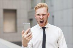 Τρελλός βρυχηθμός και εξέταση τη κάμερα Κόκκινος επικεφαλής επιχειρηματίας Στοκ Εικόνες