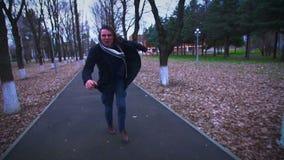 Τρελλός επιθετικός νεαρός άνδρας που τρέχει μετά από με απόθεμα βίντεο