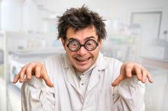 Τρελλός επιστήμονας με τα γυαλιά και λευκό παλτό στο εργαστήριο Στοκ εικόνα με δικαίωμα ελεύθερης χρήσης