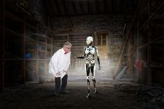 Τρελλός επιστήμονας, ρομπότ γυναικών, επιστημονική φαντασία στοκ εικόνα