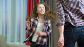 Τρελλός χορός μητέρων παιδιών οικογενειακού χαρούμενος ελεύθερου χρόνου απόθεμα βίντεο