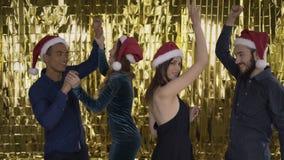 Τρελλός χορός! 4 φίλοι που χορεύουν σε μια γιορτή Χριστουγέννων 4K φιλμ μικρού μήκους