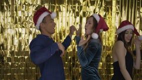 Τρελλός χορός! 4 φίλοι που χορεύουν σε μια γιορτή Χριστουγέννων 4K απόθεμα βίντεο