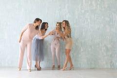 Τρελλός χρόνος κομμάτων τεσσάρων όμορφων μοντέρνων γυναικών στην κομψή περιστασιακή εξάρτηση που γιορτάζουν το νέο έτος, γενέθλια Στοκ Φωτογραφίες