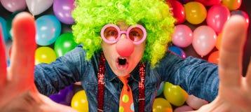 Τρελλό νέο άτομο κόμματος - φωτογραφία θαλάμων φωτογραφιών στοκ φωτογραφίες με δικαίωμα ελεύθερης χρήσης