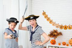 Τρελλό παιχνίδι παιχνιδιού μητέρων κοριτσιών και πληρωμάτων καπετάνιου Στοκ Εικόνα
