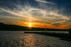 Τρελλό πορτοκαλί ηλιοβασίλεμα στο νεφελώδη ουρανό στοκ εικόνα