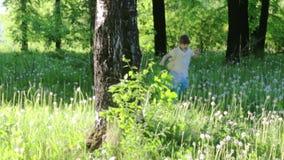 Τρεξίματα λίγων όμορφα κοριτσιών μεταξύ των δέντρων φιλμ μικρού μήκους