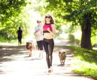 Τρεξίματα αθλητικών κοριτσιών στις ταινίες επίδρασης πάρκων Στοκ Εικόνες