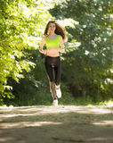 Τρεξίματα αθλητικών κοριτσιών στις ταινίες επίδρασης πάρκων Στοκ φωτογραφία με δικαίωμα ελεύθερης χρήσης