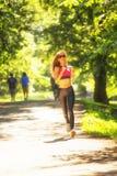 Τρεξίματα αθλητικών κοριτσιών στις ταινίες επίδρασης πάρκων Στοκ εικόνες με δικαίωμα ελεύθερης χρήσης