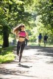 Τρεξίματα αθλητικών κοριτσιών στις ταινίες επίδρασης πάρκων Στοκ φωτογραφίες με δικαίωμα ελεύθερης χρήσης