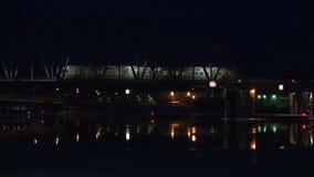 Τρεξίματα αμαξοστοιχιών περιφερειακού σιδηροδρόμου στη γέφυρα σιδηροδρόμων αργά το βράδυ αρχαίο ηλιοβασίλεμα savonlinna olavinlin φιλμ μικρού μήκους