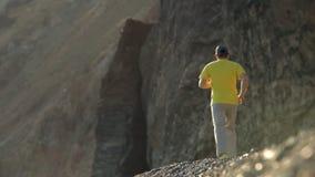 Τρεξίματα ατόμων κατά μήκος της ακτής απόθεμα βίντεο