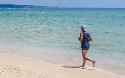 Τρεξίματα ατόμων κατά μήκος της ακτής Στοκ Εικόνες