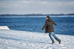 Τρεξίματα ατόμων κατά μήκος της προκυμαίας Στοκ φωτογραφία με δικαίωμα ελεύθερης χρήσης