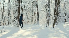 Τρεξίματα ατόμων το χειμώνα σε μια δασική πορεία φιλμ μικρού μήκους