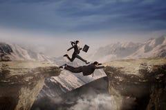 Τρεξίματα επιχειρηματιών μέσω του συνεργάτη της Στοκ Εικόνα