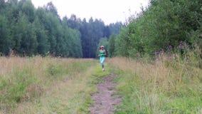 Τρεξίματα κοριτσιών εκεί και πίσω στην πορεία κοντά στο δάσος στο θερινό βράδυ φιλμ μικρού μήκους