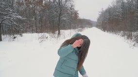 Τρεξίματα κοριτσιών μέσω του χιονώδους πάρκου απόθεμα βίντεο