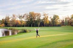 Τρεξίματα κοριτσιών στην πράσινη χλόη του γηπέδου του γκολφ Στοκ εικόνες με δικαίωμα ελεύθερης χρήσης