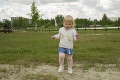 Τρεξίματα κοριτσιών στο πάρκο στοκ φωτογραφία με δικαίωμα ελεύθερης χρήσης