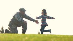 Τρεξίματα κορών στα όπλα του στρατιώτη πατέρων της απόθεμα βίντεο