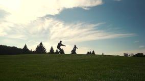 Τρεξίματα μικρών κοριτσιών στα όπλα του πατέρα στρατιωτών της απόθεμα βίντεο