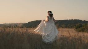 Τρεξίματα νυφών από το σύζυγό της απόθεμα βίντεο