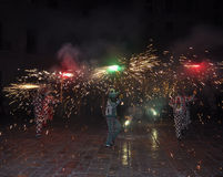 Τρεξίματα πυρκαγιάς Correfocs - βασικό μέρος της παραδοσιακής καταλανικής απόδοσης Στοκ Φωτογραφία