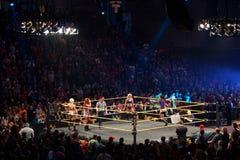 Τρεξίματα Bayley παλαιστών ντιβών NXT γύρω από το δαχτυλίδι με τον Αλέξης Bliss, Bec Στοκ Φωτογραφία