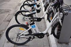 Τρελλά ποδήλατα μεριδίου Bici στη Μαδρίτη Στοκ Εικόνες