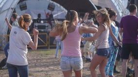 Τρελλά τρία κορίτσια και αγόρια που χορεύουν στη θερινή παραλία απόθεμα βίντεο