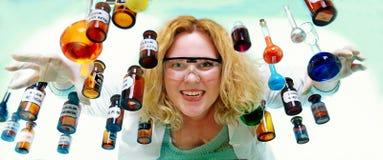 Τρελλή γυναίκα φαρμακοποιών με τη χημική φιάλη γυαλικών στοκ εικόνα με δικαίωμα ελεύθερης χρήσης