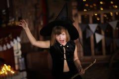 Τρελλή μάγισσα κοριτσιών με τη σκούπα παιδική ηλικία αποκριές Στοκ Εικόνα