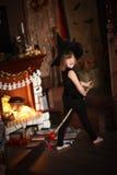 Τρελλή μάγισσα κοριτσιών με τη σκούπα παιδική ηλικία αποκριές Στοκ Φωτογραφία