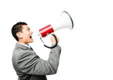 Τρελλός ασιατικός επιχειρηματίας που κραυγάζει megaphone στο άσπρο backgrou Στοκ Φωτογραφία