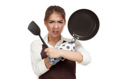 Τρελλός ασιατικός μάγειρας κοριτσιών με το τηγάνισμα του τηγανιού Στοκ Φωτογραφία
