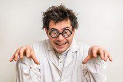 Τρελλός επιστήμονας με τα γυαλιά και το άσπρο παλτό Στοκ εικόνα με δικαίωμα ελεύθερης χρήσης