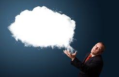 Τρελλός επιχειρηματίας που παρουσιάζει το αφηρημένο διάστημα αντιγράφων σύννεφων Στοκ Εικόνες